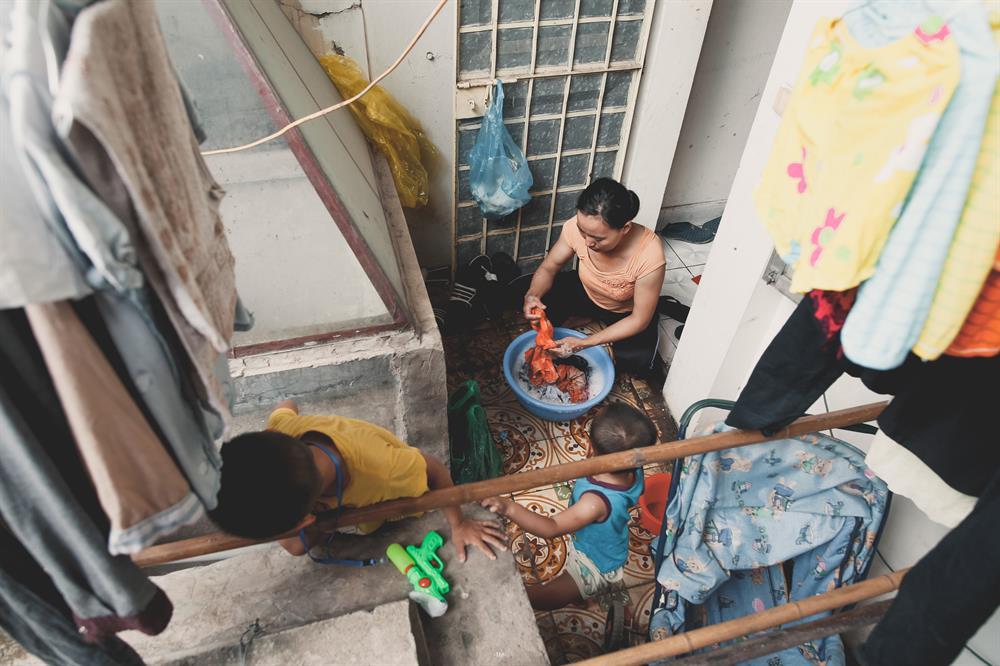 Số tiền kiếm được từ sạp hàng rong chỉ đủ trang trải cho cuộc sống của 3 mẹ con ở Hà Nội. Vậy nên, tranh thủ khi 2 con còn đang ngủ, chị dậy từ sớm đi nhặt thêm sắt vụn đi bán để có tiền gửi về cho 2 đứa lớn ăn học ở quê. Trở về căn phòng trọ cũng là lúc Bình và Yên đã tỉnh giấc, như bao người mẹ khác, chị Thúy lại tất bật với công việc nội trợ.