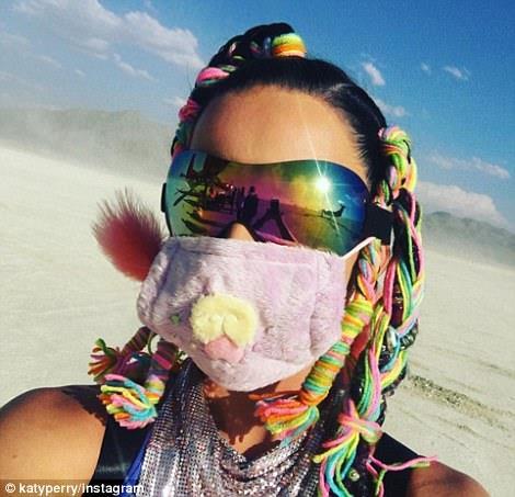 Mặt mũi bịt kín để tránh nắng và cát bụi.