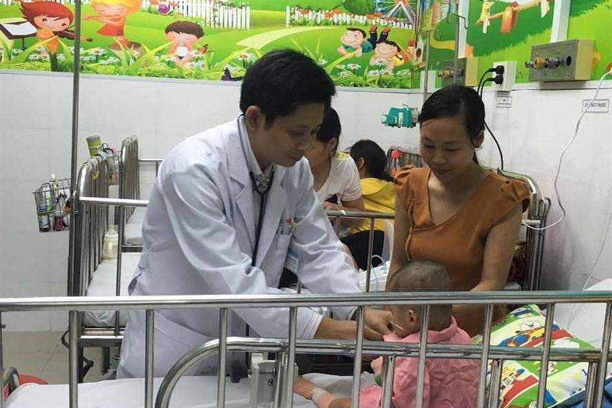 BS Lê Thành Khánh Vân thăm khám cho 1 em bé phẫu thuật tim tại Đơn vị Hồi sức phẫu thuật tim trẻ em, Bệnh viện Chợ Rẫy (ảnh K.Q)