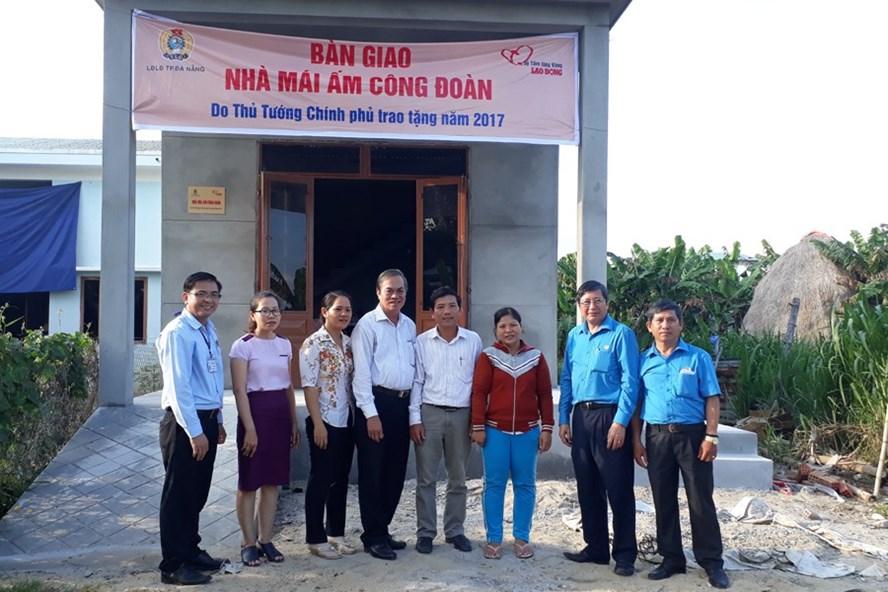 Phó Chủ tịch thường trực Tổng LĐLĐVN Trần Thanh Hải (thứ hai bên phải) và đại diện tổ chức, chính quyền địa phương trong lễ bàn giao mái ấm công đoàn cho công nhân nghèo. Ảnh: MỸ LINH