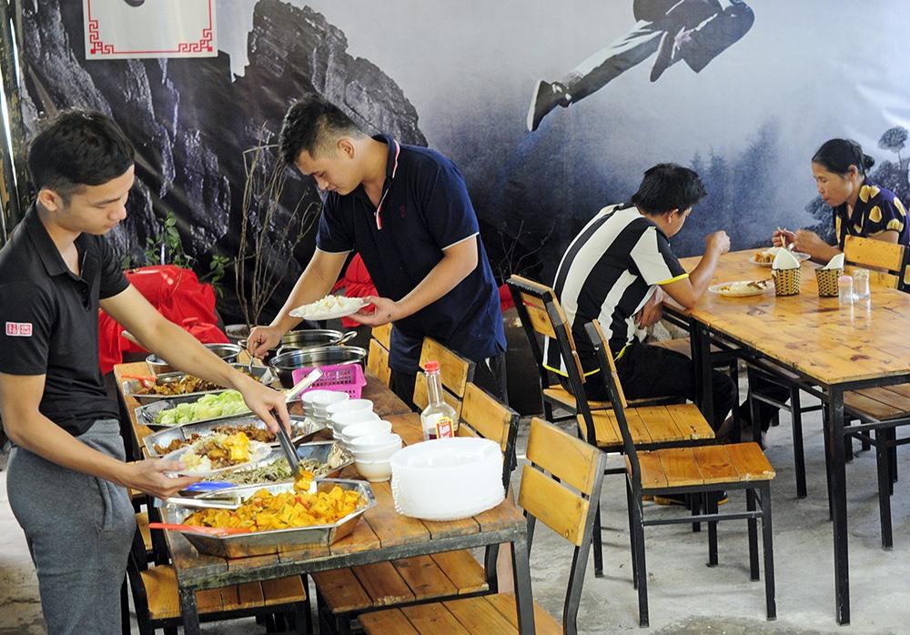 Nhân viên nhà hàng chuẩn bị cẩn thận, đảm bảo vệ sinh trước khi đón những người khách đầu tiên