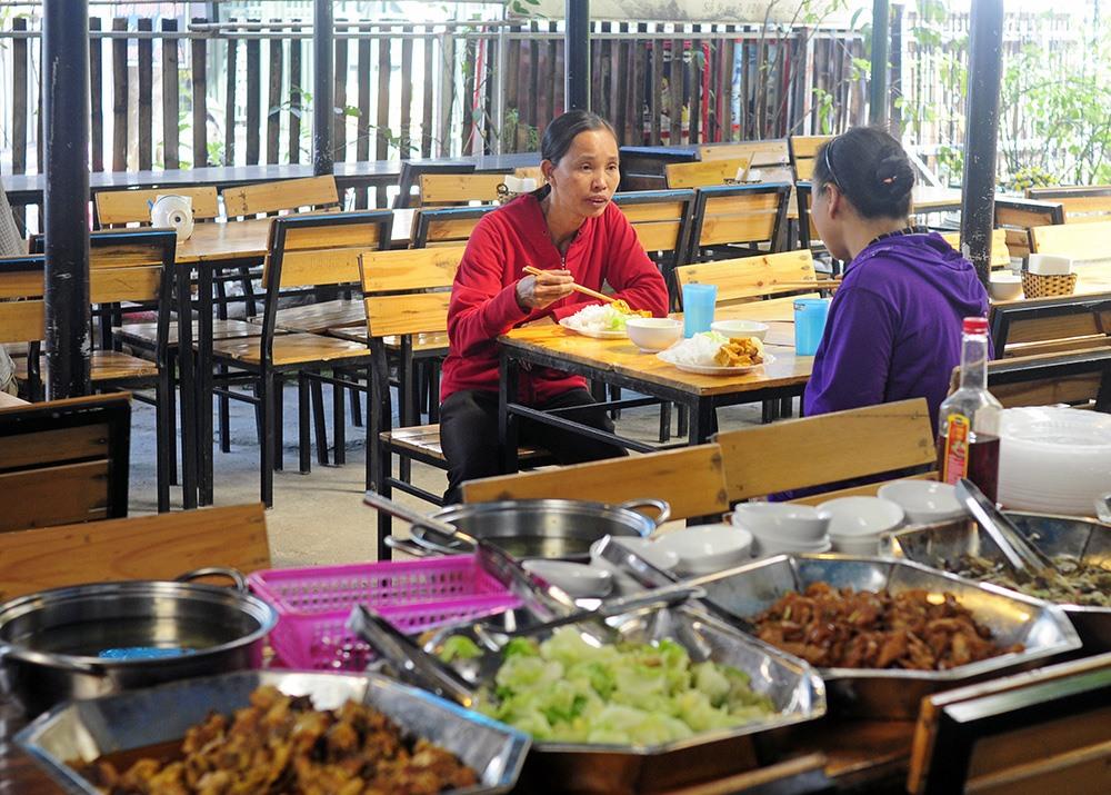 Được biết, quấn đã triển khai chương trình cơm từ thiện 1000 đồng được hơn một năm và đến nay vẫn đều đặn đón khách, lượng khách có buổi đông, buổi vắng trung bình mỗi buổi sẽ bán được từ 20 đến 40 suất cơm
