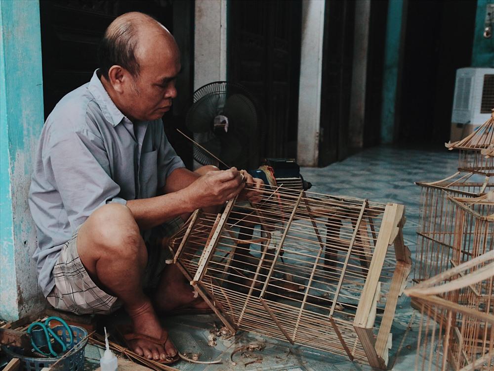 """Bác Bần (60 tuổi) cho biết: """"Khách hàng thường ưa chuộng lồng chim ở đây bởi sự tinh xảo từ nan lồng đến phần đế rồi trang trí, chạm trổ cầu kì với độ tỉ mỉ, chính xác cao"""". Vậy nên, lồng chim làng Vác luôn có đặc trưng riêng mà ít cơ sở sản xuất nào có thể sánh được, đó là sự bền, đẹp và sang trọng có sức hút rất lớn đối với những người có sở thích chơi chim."""