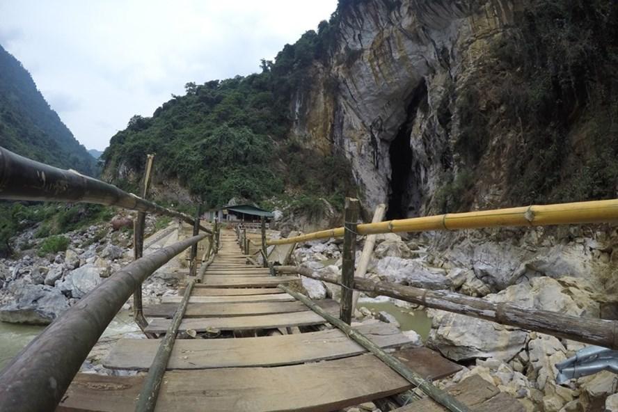 """Phía sau, bên phải cây cầu gẫy này là khe núi đã phun """"vòi rồng"""" ra, bẻ gẫy cây cầu bê tông cốt thép ở Bản Khoáng."""