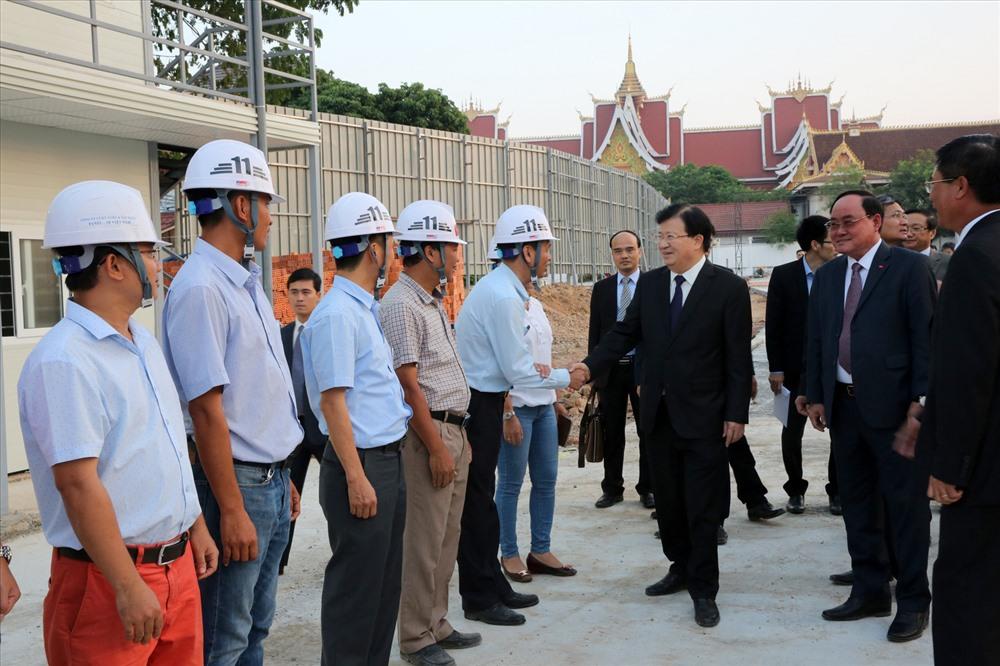 Phó Thủ tướng Trịnh Đình Dũng và Phó Chủ tịch Quốc hội Somphanh Phengkhammy khảo sát địa điểm tổ chức buổi lễ động thổ và khu công trình Nhà Quốc hội Lào. Ảnh: VGP