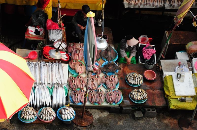 Các loại cá được sơ chế sạch sẽ và đặc biệt tươi ngon. Thậm chí nếu bạn muốn đồ ăn sẵn mang về, bạn có thể mua và chờ họ nấu ngay tại chỗ cho bạn.