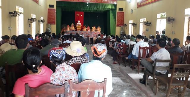 Hàng trăm người dân xã Yên Tâm, huyện Yên Định tập trung về xã đối thoại với lãnh đạo huyện. (Ảnh: HT)