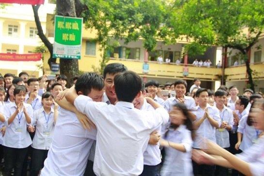 Thầy - trò Trường THPT Hoa Lư A xúc động trong buổi lễ chia tay. Ảnh: THPT Hoa Lư