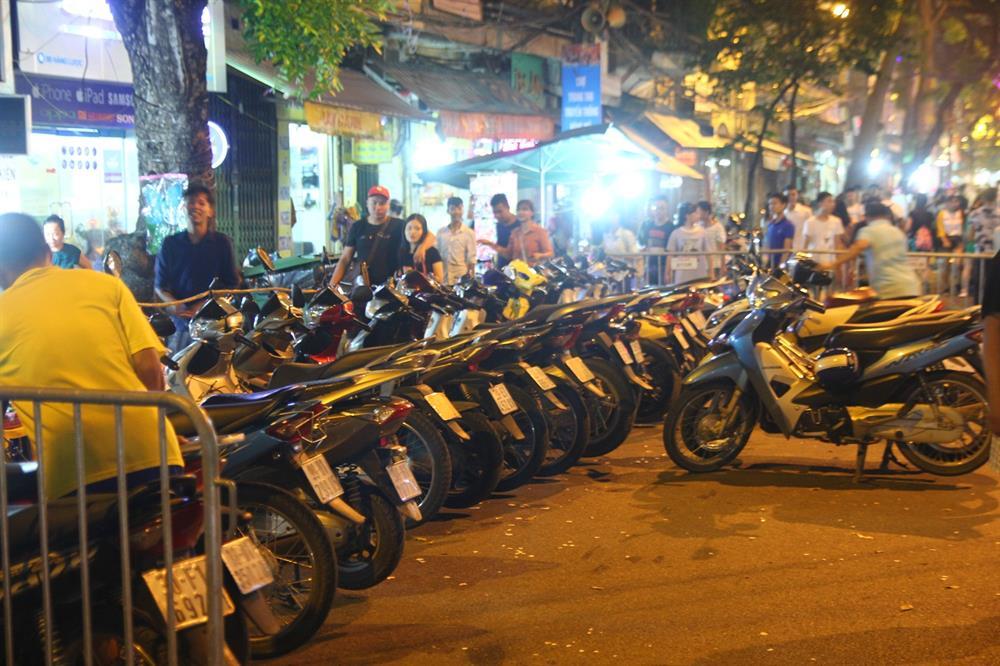 """Bãi gửi xe ở gần phố Hàng Mã """"chặt chém"""" khách hàng không thương tiếc."""