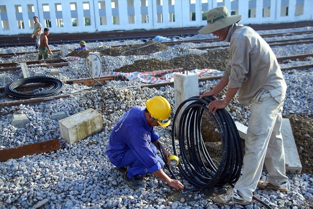 Công nhân lắp ghép hệ thống điện trên toa tàu.