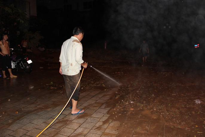 Nhân viên khách sạn phải vật lộn với đống bùn đá trong đêm khuya.