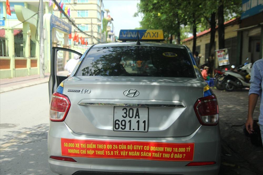 Một hãng taxi tại Hà Nội dán khẩu hiệu phản đối Quyết định 24 của Bộ GTVT. Ảnh: Cường Ngô