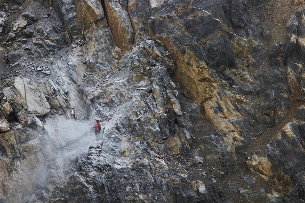 Những cảnh khai thác đá cheo leo khủng khiếp này, chúng tôi quay chỉ ít giờ trước khi tai nạn thảm khốc xảy ra, cướp đi sinh mạng của anh Bùi Văn Chẻng.