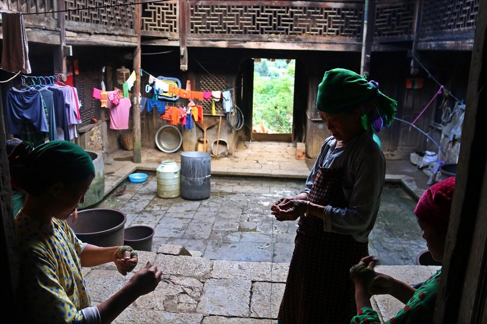 2 ngôi nhà cùng một nhóm thợxây được thuê từHoa Nam - Trung Quốc thi công và cùng xây dựng trong khoảng thời gian hơn 8 năm.