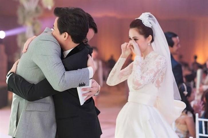 Trong đám cưới của mình, hoa hậu Thu Thảo nhiều lần không giấu nổi nước mắt vì hạnh phúc.