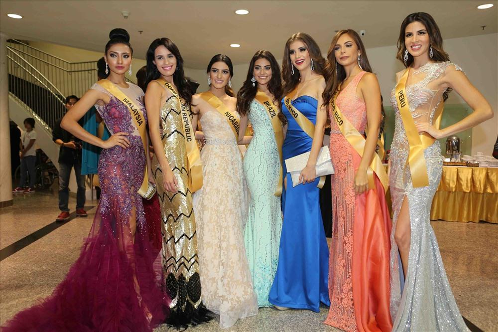 Các hoa hậu rạng rỡ trong buổi lễ chào mừng đến Việt Nam. Ảnh:Lasta