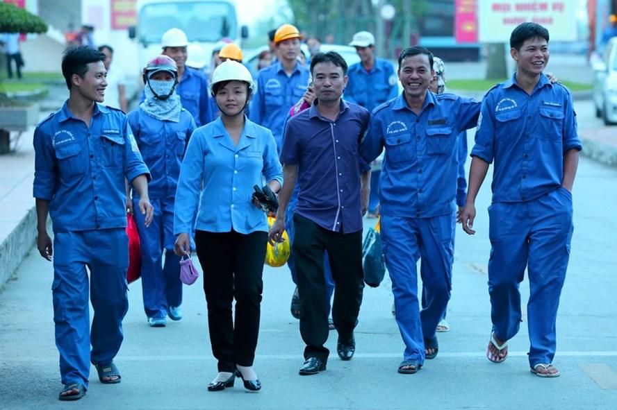 Công nhân Nhà máy đóng tàu Hồng Hà (Hải Phòng) trong giờ tan ca. Ảnh: HẢI NGUYỄN