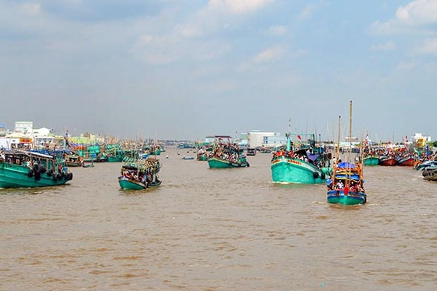 Tàu cá tại cửa biển Sông Đốc, huyện Trần Văn Thời, Cà Mau đã vào nơi trú ấn an toàn (ảnh Báo Ảnh Đất Mũi)
