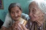 Cảm động hình ảnh cụ bà 90 tuổi bán vé số nuôi chị 95 tuổi