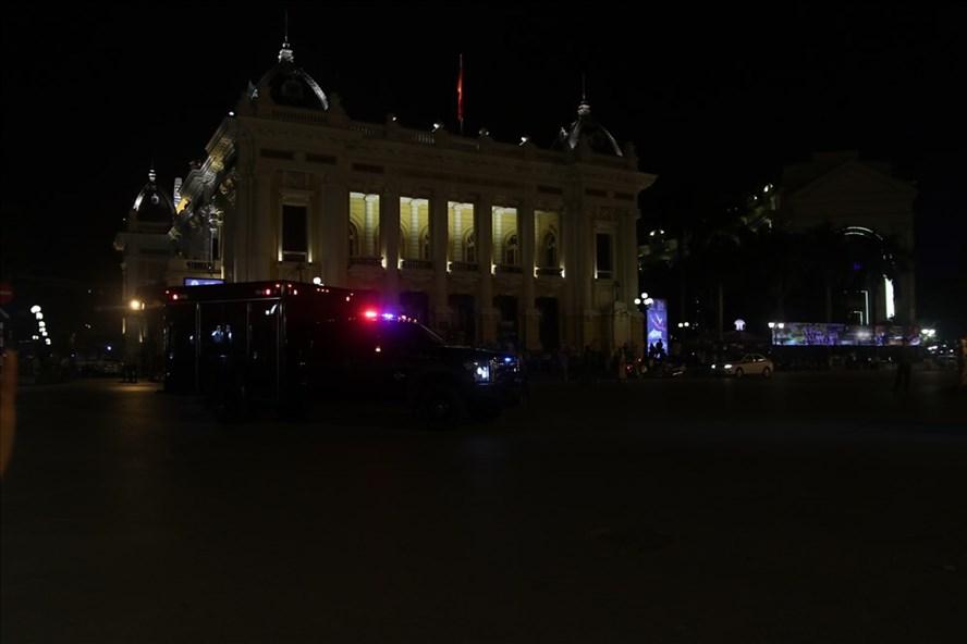 Đoàn xe chở Tổng thống Mỹ đi qua Nhà hát lớn về khách sạn Metropole.