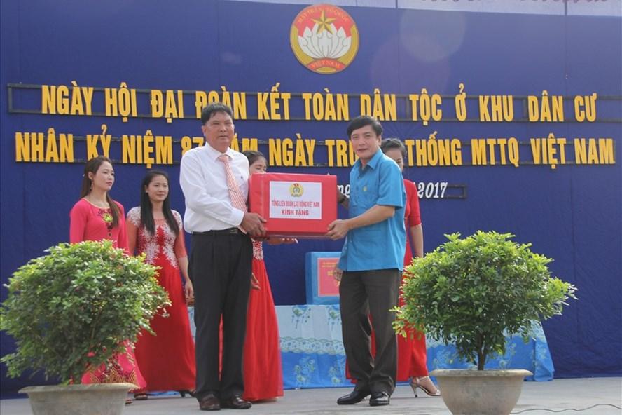 Chủ tịch Tổng LĐLĐVN Bùi Văn Cường đã tặng Ban Công tác Mặt trận thôn Trung Hoà 15 triệu đồng. Ảnh: L.H