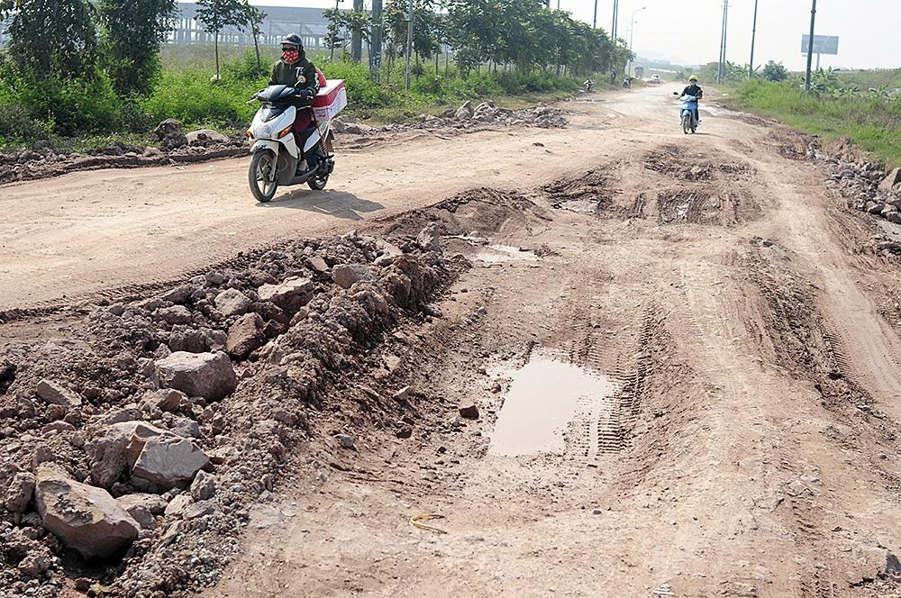 Mặt đường nhiều đoạn đường gom thuộc dự án nâng cấp, cải tạo nâng cấp Quốc lộ 1 đoạn Hà Nội - Bắc Giang bị trồi lún, xuống cấp nghiêm trọng