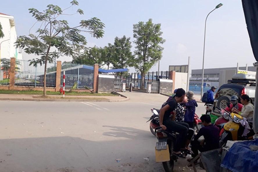 Khu vực đứng bắt khách của chị H ở sau khu công nghiệp Yên Phong. Ảnh: HL.