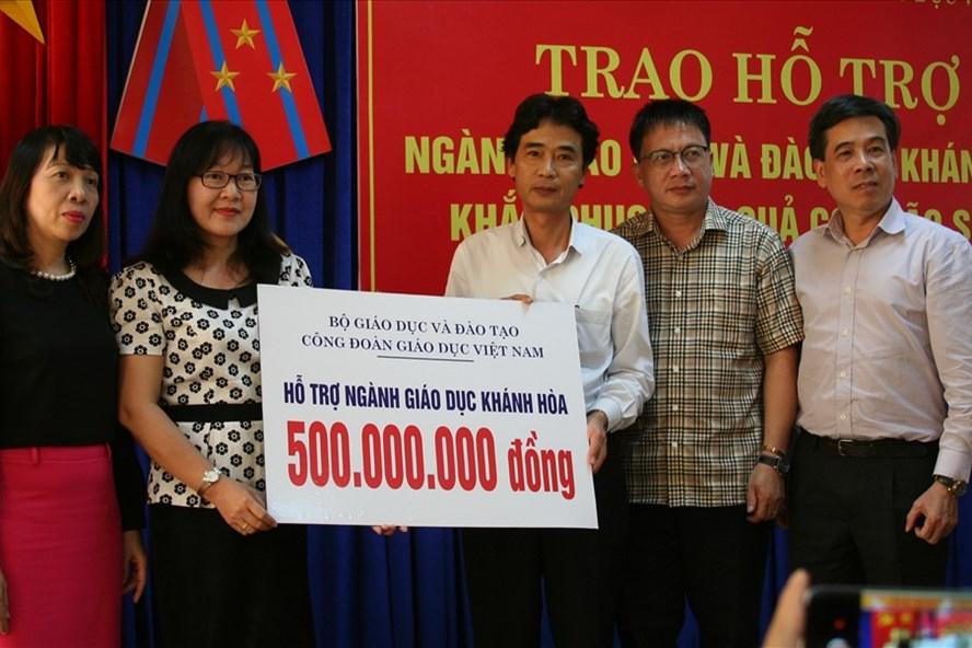 Bộ GĐ&ĐT phối hợp với Công đoàn Giáo dục Việt Nam chia sẻ với các trường, CBCNVCNLĐ tại Khánh Hòa bị thiệt hại nặng trong trận bão vừa qua. Ảnh: T.T