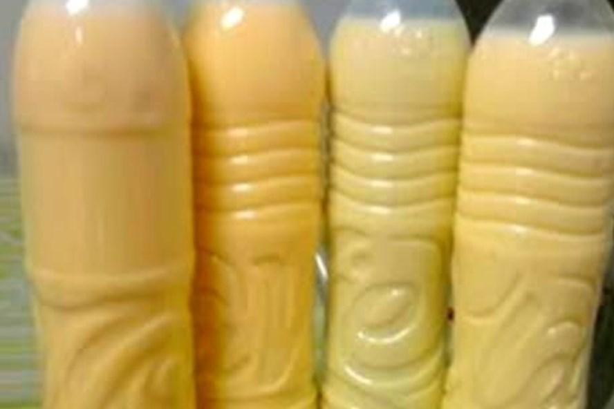 Các chai sữa ngô không nhãn mác được bày bán phổ biến tại các cửa hàng hiện nay.
