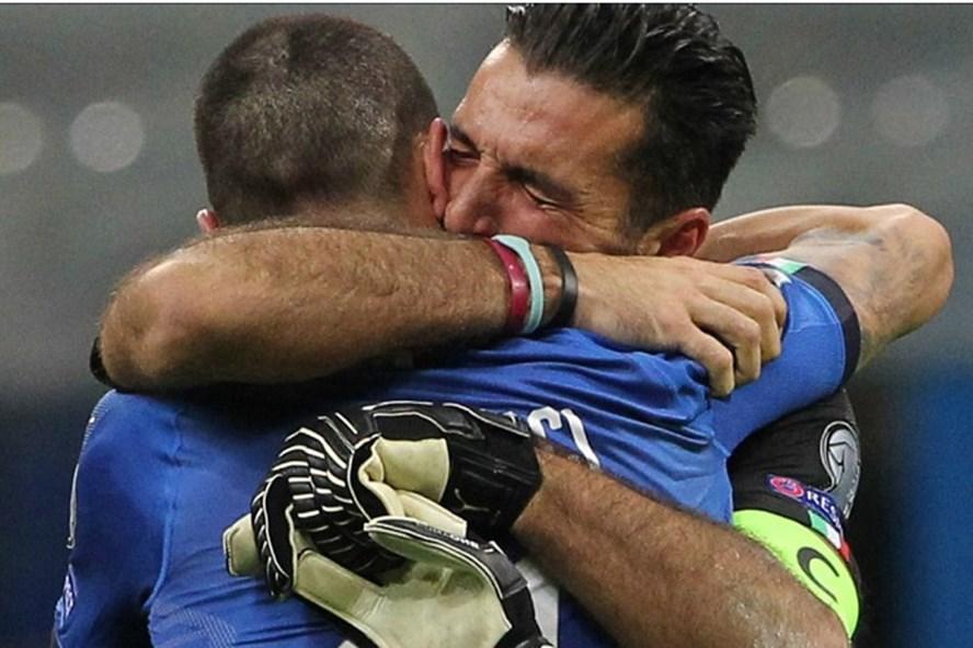 Thủ thành Buffon không kìm được nước mắt sau thất bại. Ảnh: Goal