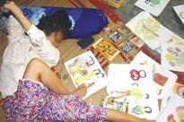 Cô gái tật nguyền vẽ ước mơ bằng... đôi chân