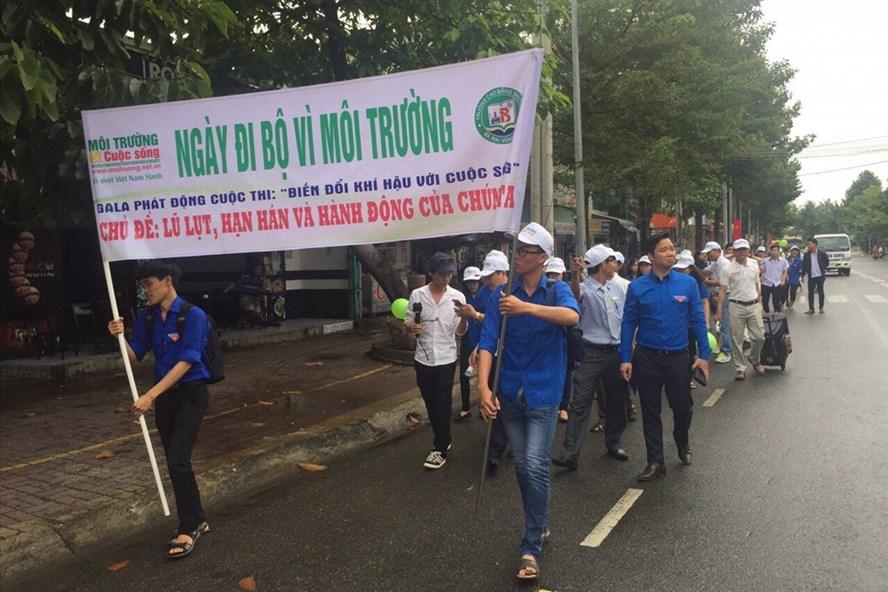 Sinh viên đi bộ tuần hành vì môi trường