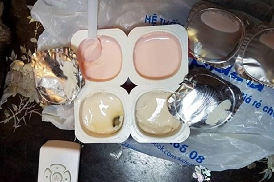 Những vệt đen trong sữa chua mua từ Kids Plaza có thể quan sát bằng mắt thường. Ảnh: NVCC