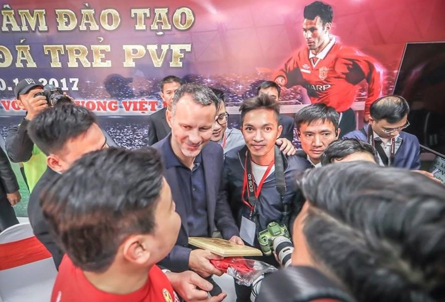 Giggs ký tặng các fan ở Việt Nam nhân sự kiện khánh thành Trung tâm PVF. Ảnh: NK