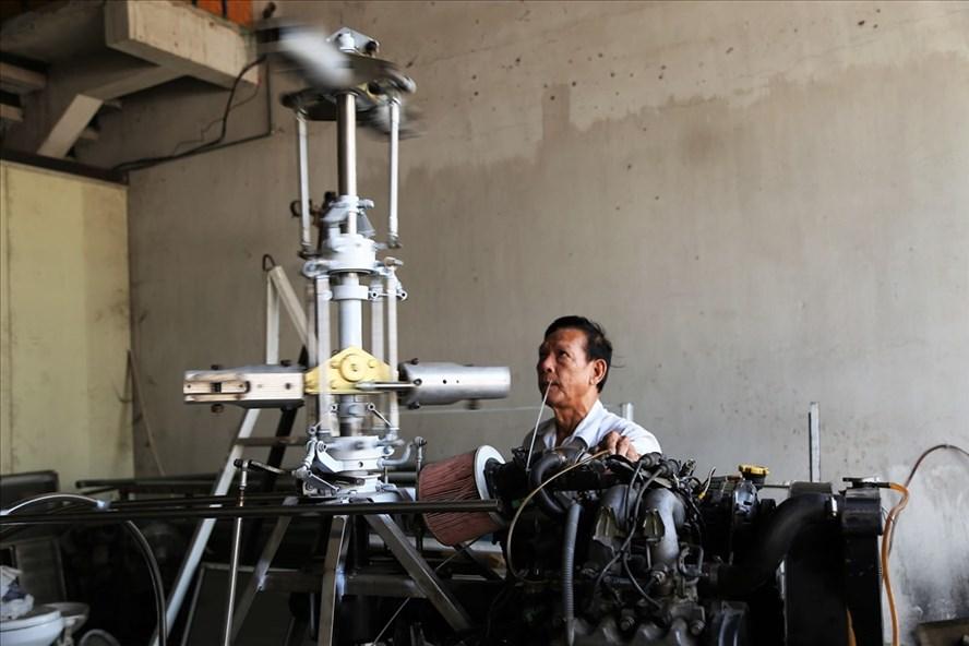 Kỹ sư Bùi Hiển bên chiếc may mang tên mình sắp được cho bay thử nghiệm trong thời gian tới. Ảnh: Trường Sơn