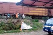 """Phản cảm hình ảnh người dân """"đổ"""" rác lên tàu hỏa"""