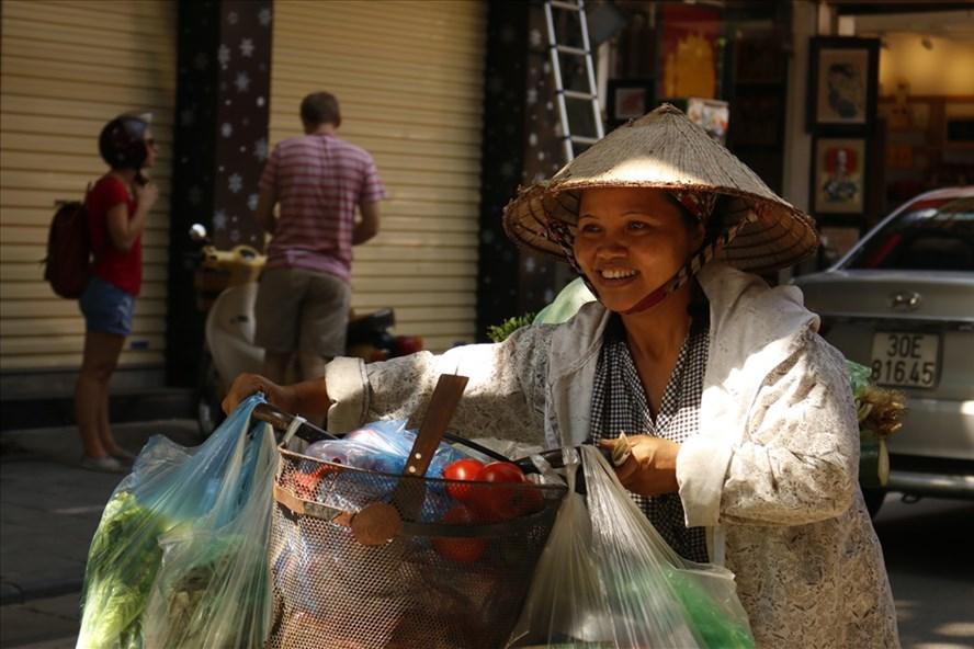 Chị Lê Thị Hoa (Hưng Yên) hằng ngày đi bán rau để có tiền cho con ăn học. Ảnh: P.T.Mơ