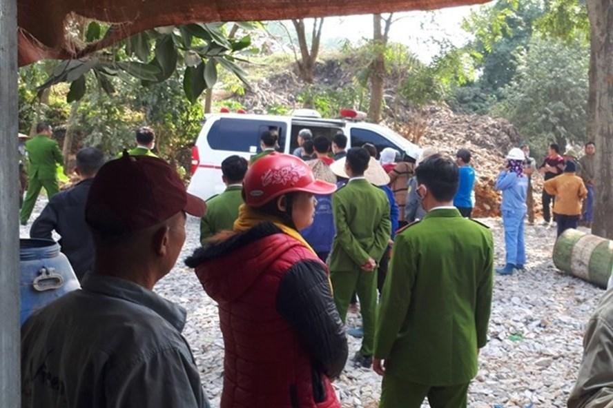 Sau khi khám nghiệm hiện trường, cơ quan công an đã đưa thi thể bé đến BV tỉnh Thanh Hoá. Ảnh: Nguyễn Dương