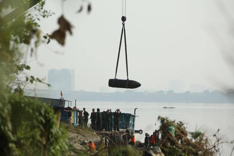 Bom được cẩu lên bờ và đưa đi hủy nổ ở Bắc Giang.