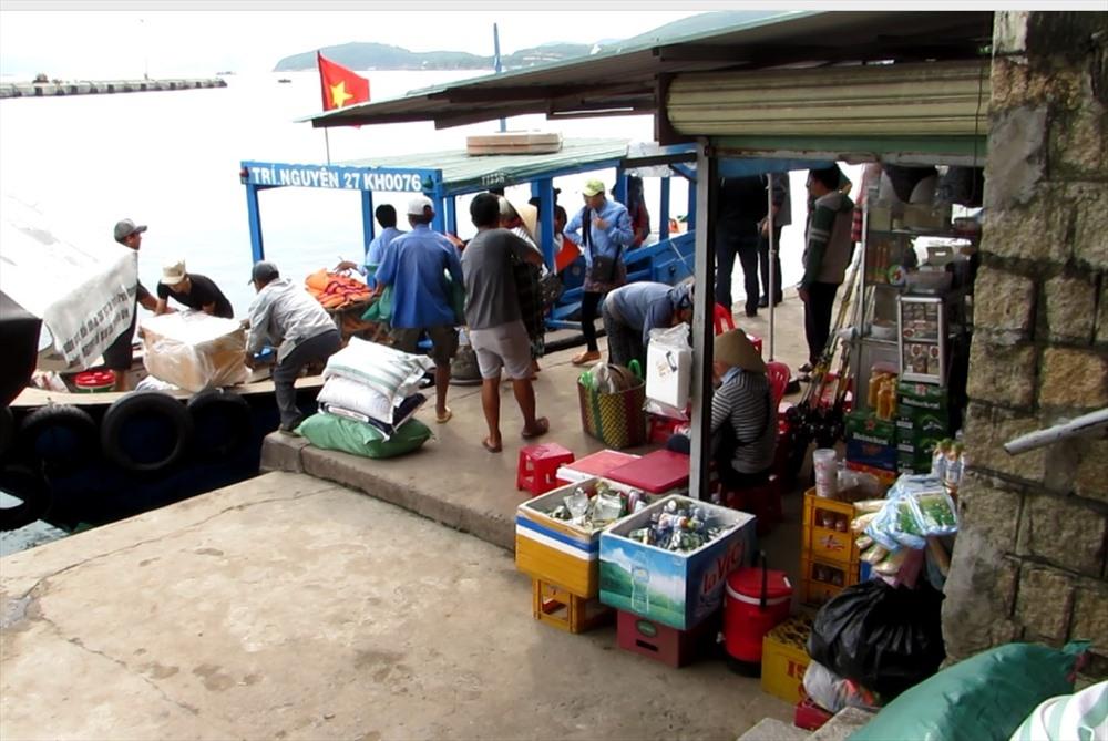 Người dân các xã đảo của TP. Nha Trang, Khánh Hòa mua sắm lương thực, thực phẩm chở qua đảo dự trữ. Ảnh: Châu Tường