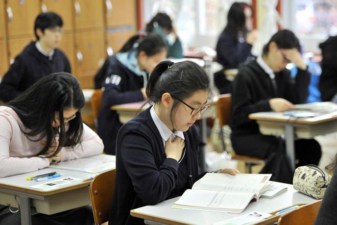 """Một học giấu tên khi trả lời phỏng vấn báo chí về áp lực trường học đã thừa nhận: """"Em chỉ muốn cánh cổng địa ngục sớm mở ra để được giải thoát khỏi tất cả. Em còn những 2 năm học nữa. Em đã có ý định tự tử cả ngàn lần trong một ngày"""". Ảnh minh họa: Korea Boo"""