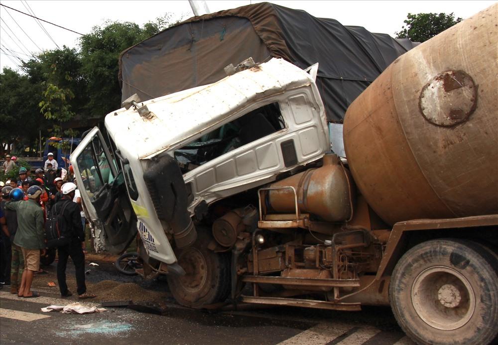 Xe bồn húc vào đuôi xe tải rồi gây tai nạn hàng loạt. Ảnh: P.V