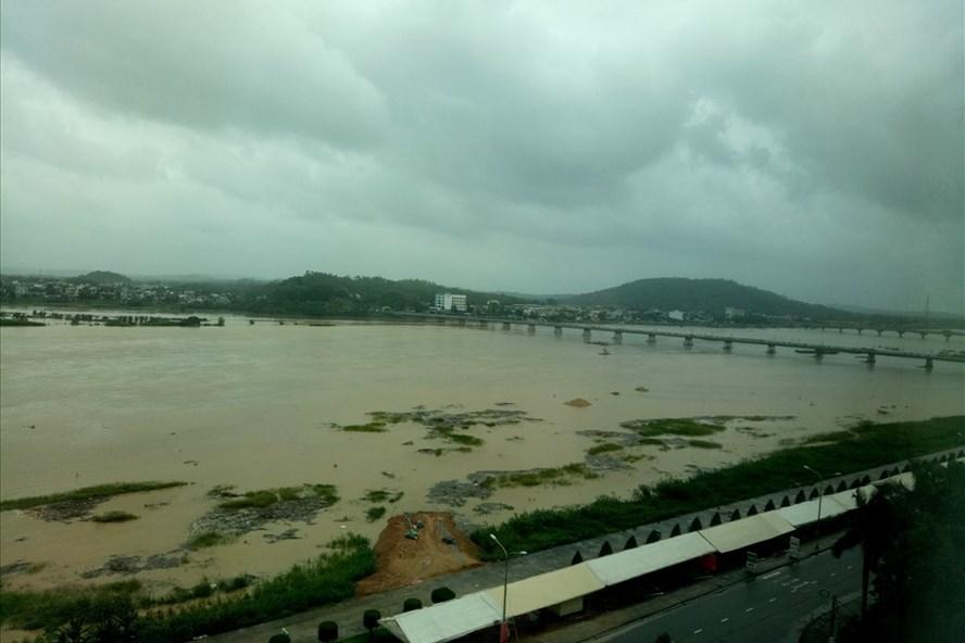 Do ảnh hưởng của bão số 12, trên địa bàn tỉnh Quảng Ngãi xảy ra mưa lớn khiến mực nước trên sông Trà Khúc dâng cao. Ảnh: T.H