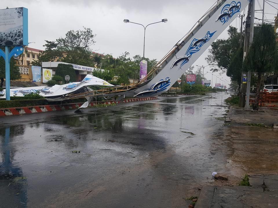 Bão số 12 giật đổ cổng chào trên một con đường thuộc TP Tuy Hòa (Phú Yên).