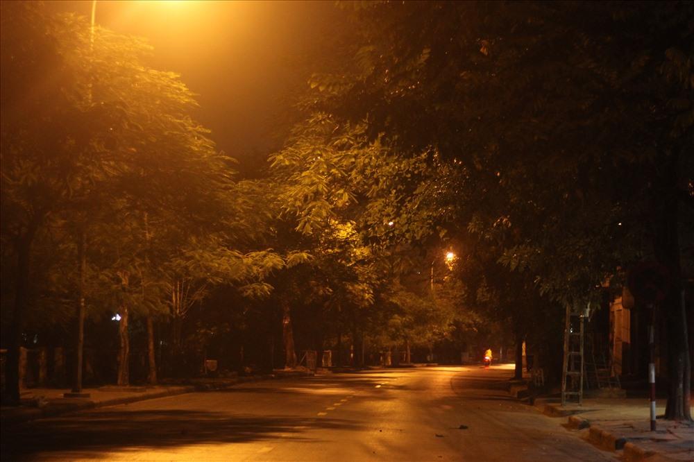 Những con đường, tuyến phố vắng hẳn bóng tiểu thương, người lao động về đêm.