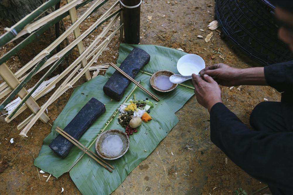 Thức ăn cúng lễ được thầy cúng đặt vào mảnh lá chuối ngay bên cạnh cột đu để cầu cho mùa màng bội thu, cầu cho mọi người đến chơi đều bình an, khoẻ mạnh, sinh sôi phát triển.