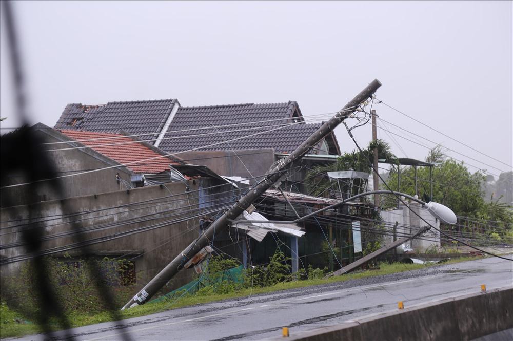 Gần như toàn bộ nhà cửa của người dân tại thị xã Ninh Hòa đề bị tốc mái trước sức tàn phá của bão số 12. Ảnh: P.V