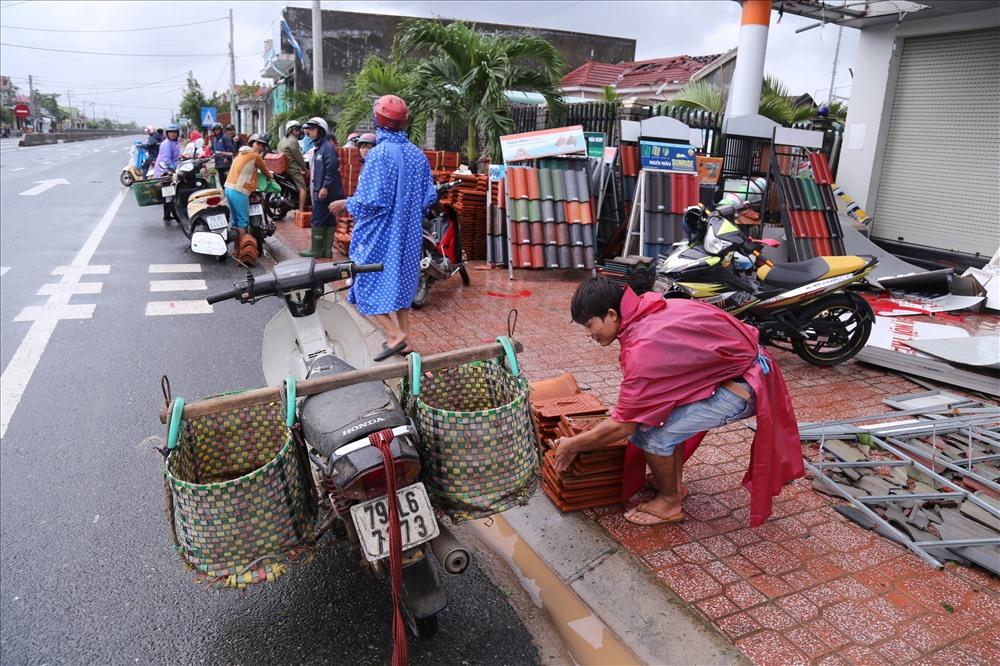 Bão số 12 với sức gió khủng khiếp gây tốc mái của người dân thị xã Ninh Hòa, chính vì vậy nên các đại lý vật liệu xây dựng trong ngày hôm nay luôn đông khách. Ảnh: H.L