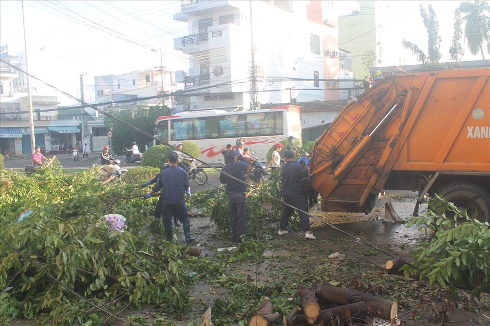 Công nhân xuống đường dọn dẹp cây cối ngã đổ.