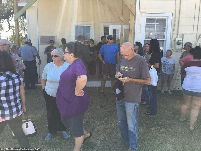 Các nguồn tin của lực lượng hành pháp Mỹ cho biết Kelly, công dân sống ở New Braunfels, ngoại ô San Antonio, đã mặc đồ bảo hộ tác chiến và bắt đầu xả súng nhằm vào nhà thờ ở Sutherlan Springs, nơi có khoảng 400 người sinh sống